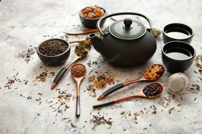 Eisen-Vintage-Teekanne und Tassen.