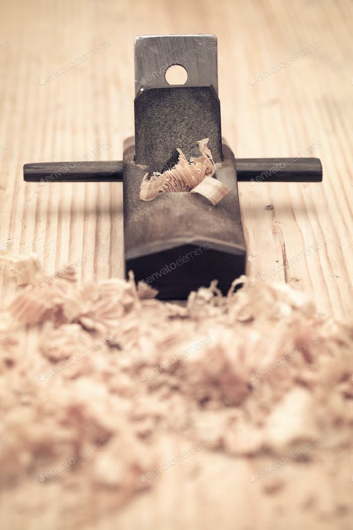 Zimmerei aus Holz Hobel Nahaufnahme