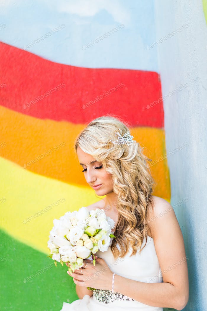 Braut posiert im freien