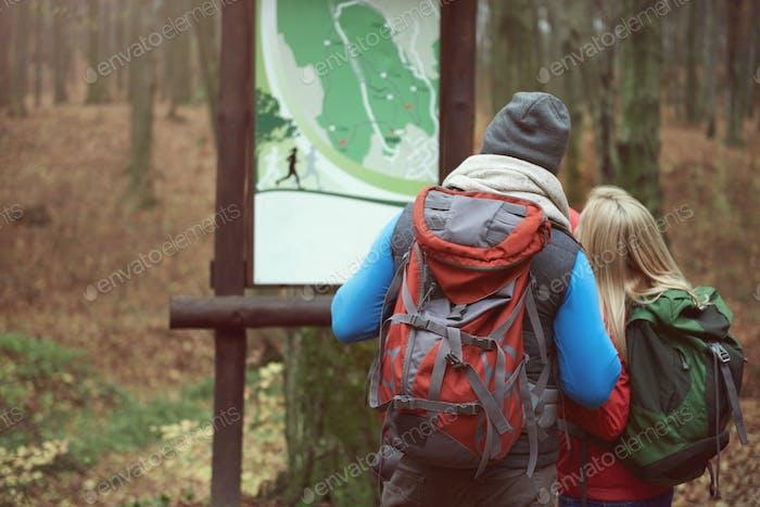 Blick auf die Karte im Park