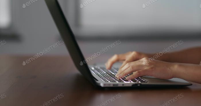Escriba en computadora portátil