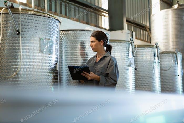 Arbeiterin Schreiben auf Klemmbrett in Olivenfabrik