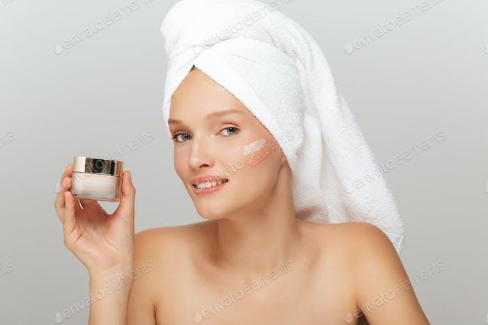 Porträt von jungen schönen Frau mit weißem Handtuch auf Kopf mito