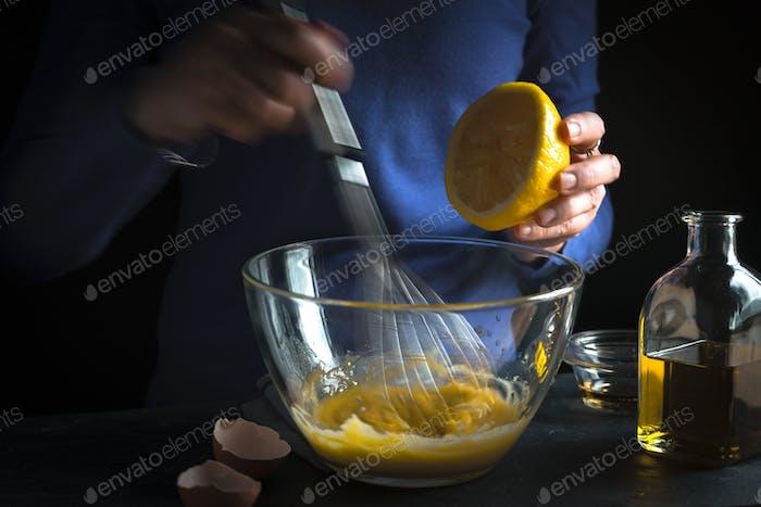 Eigelb mit Senf schlagen und Zitronensaft auspressen