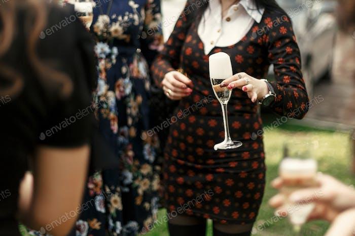 Gruppe von Luxus elegante Frauen feiern mit Champagner