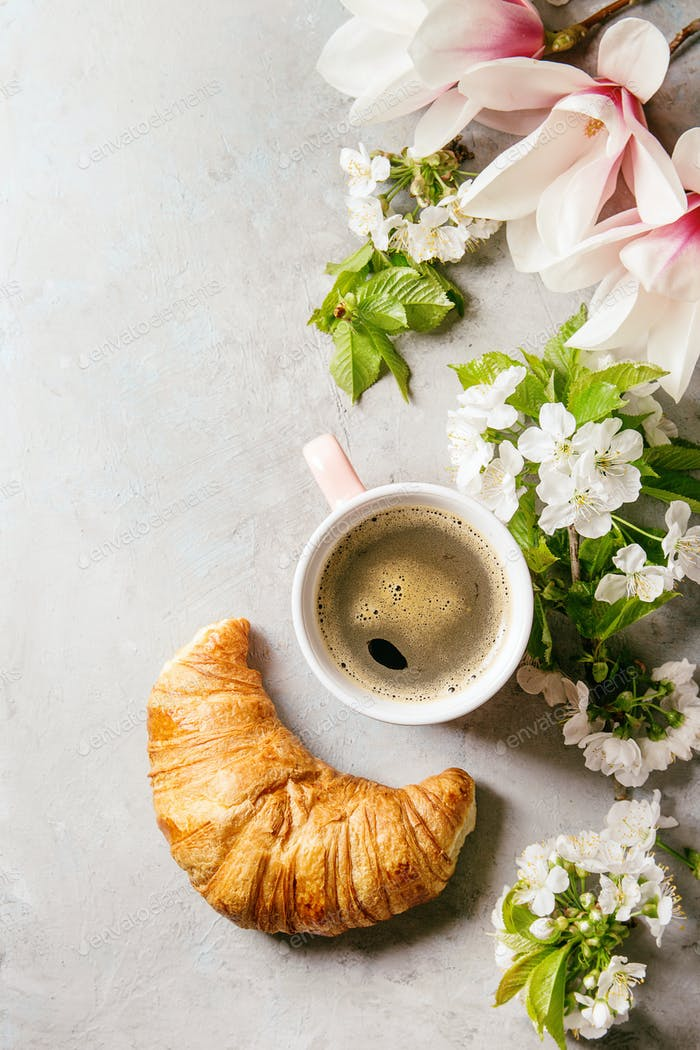 Café con flores de primavera