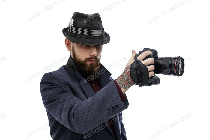 Man holding dslr photo camera.