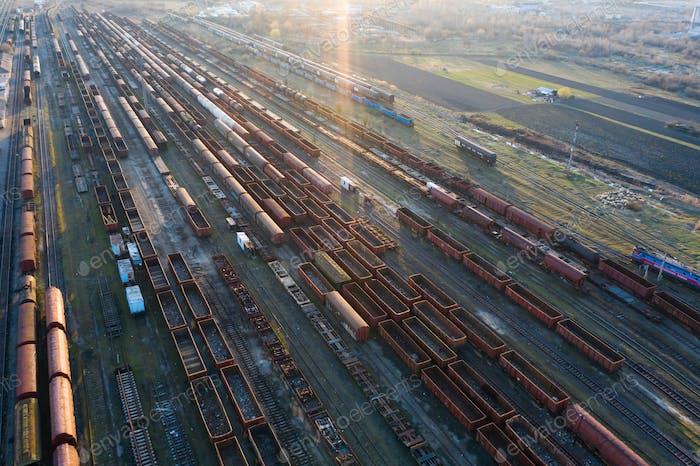 Industrielle Konzeptszene mit Zügen. Draufsicht.