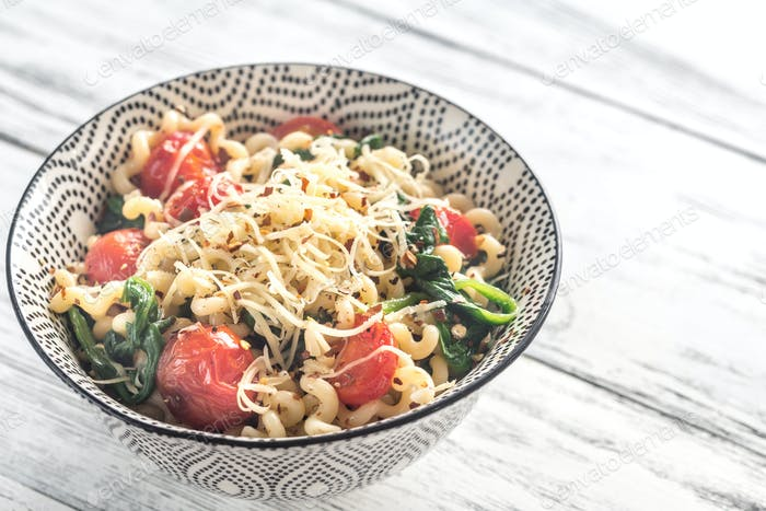 Pasta with spinach and cherry tomatoes