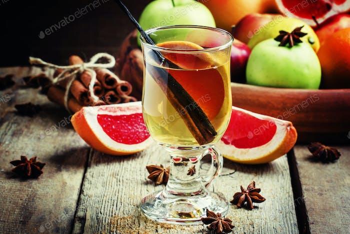 Alkoholischer Cocktail aus heißem Weißwein mit Vanille, Grapefruit und Zimt