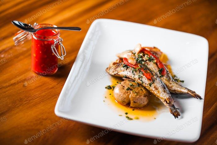 Gegrillter Sardinenteller mit rotem Pfeffer und Kartoffel
