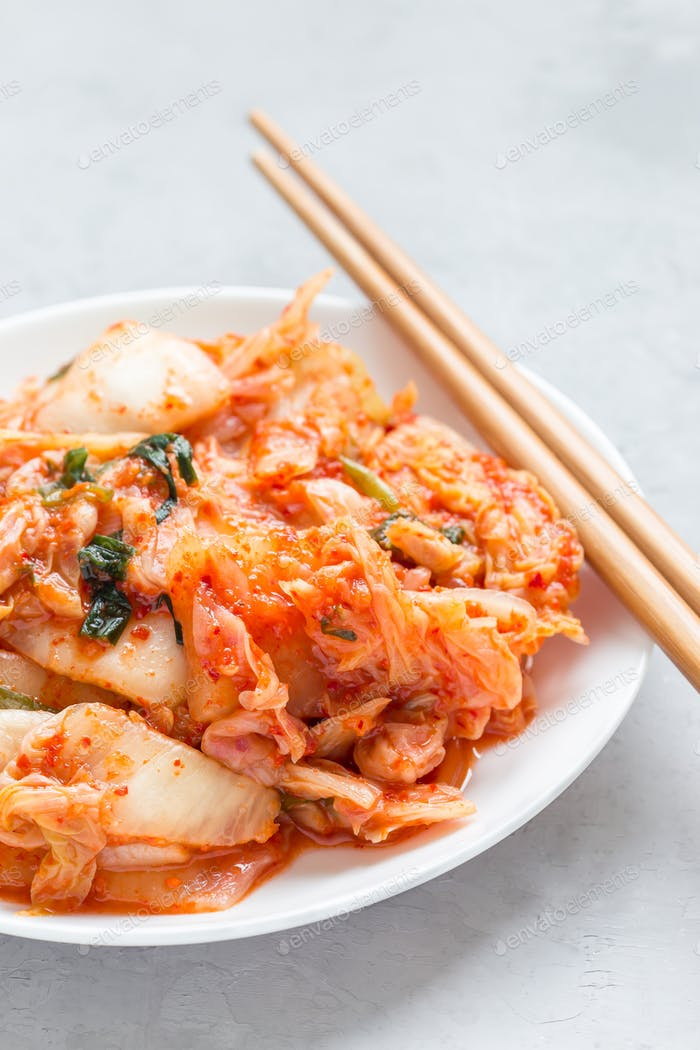 Kimchi-Kohl. Koreanische Vorspeise auf weißem Teller, vertikal