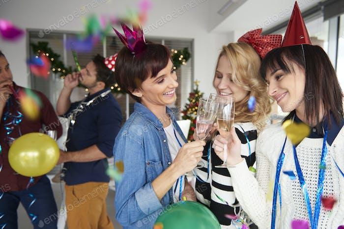 Mädchen machen Toast mit einem Glas Champagner