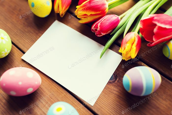Nahaufnahme von Ostereier, Blumen und weißem Papier