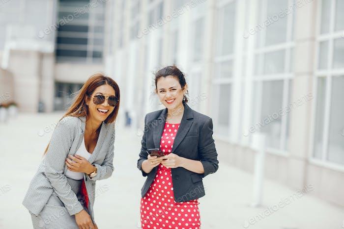 mujer de negocios en una Ciudad de verano