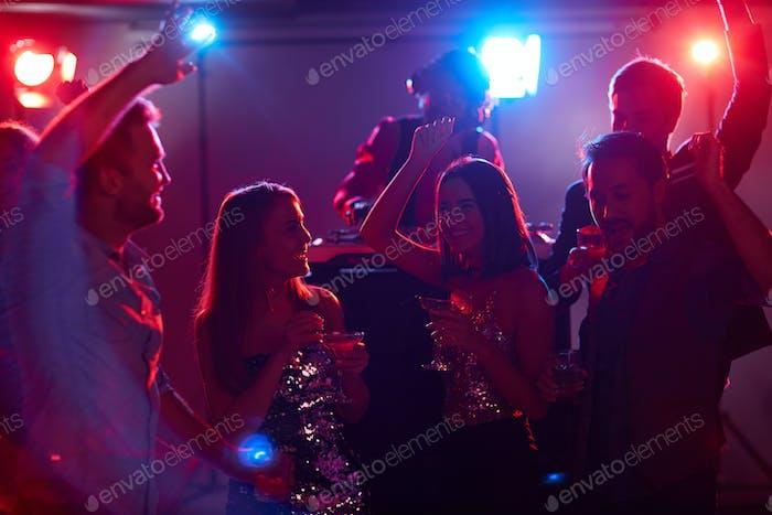 Tänzer mit Cocktails