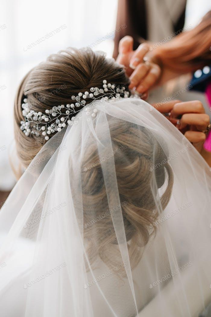Braut Haar zurück, verdrehte Locken mit Blumen