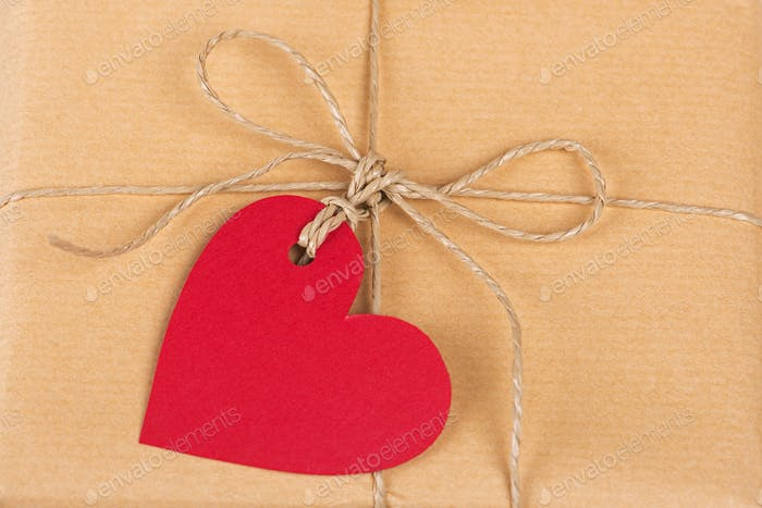 Geschenkbox mit herzförmigen Etiketten