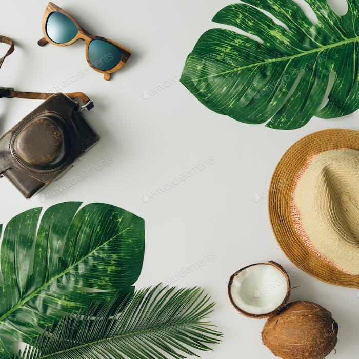 Kreatives tropisches Sommerreise-Layout. Flache Lag. Urlaubskonzept.