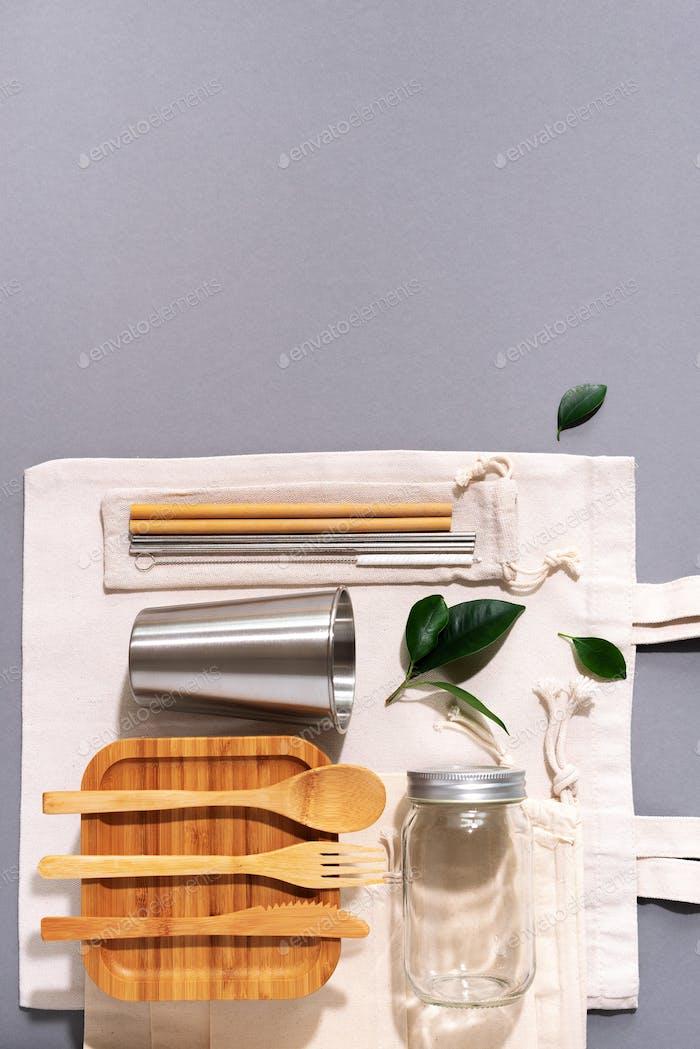 Nachhaltiger Lebensstil. Zero Waste, plastikfreies Einkaufskonzept. Baumwollbeutel, Glas, Flasche