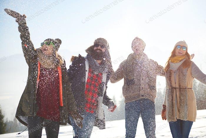 Schnee fällt auf die Freunde