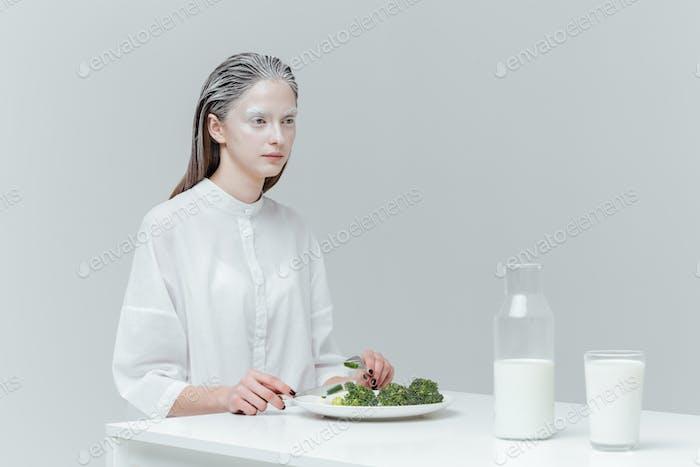 Frau mit Mittagessen am Tisch