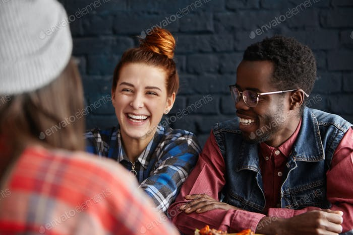 Menschen, Freizeit, Kommunikation und Freundschaft. Schöne junge Frau mit Haarknoten und ihrem Fashionab
