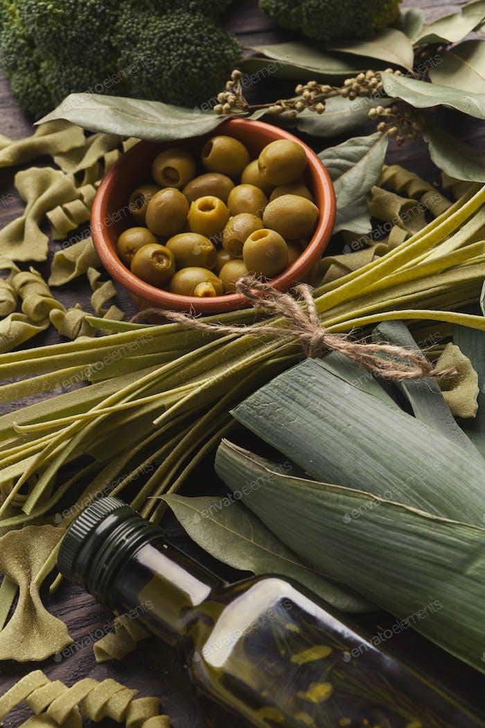 Verschiedene italienische grüne Pasta Hintergrund