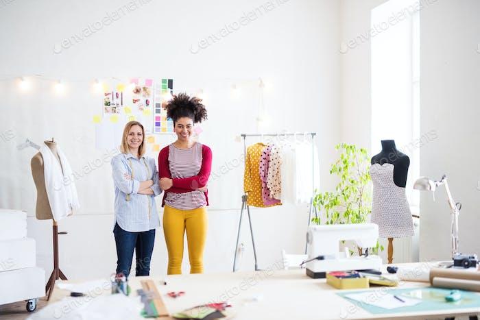 Junge kreative Frauen in einem Studio, Startup-Unternehmen.