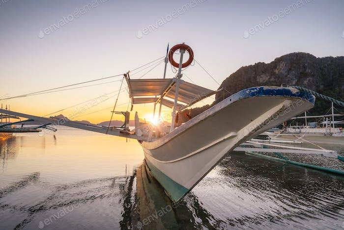 Ausflugsboot am Corong Corong Strand, Sonnenuntergang Flare Glanz. El Nido, Philippinen