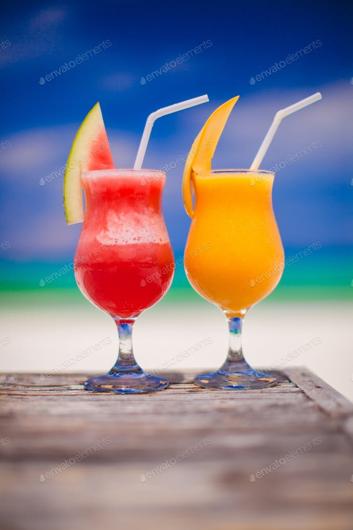 Zwei Cocktails frische Wassermelone und Mango auf dem Hintergrund der atemberaubenden türkisfarbenen Meer