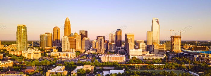 Luftfliegen über Charlotte North Carolina Downtown City Skyline