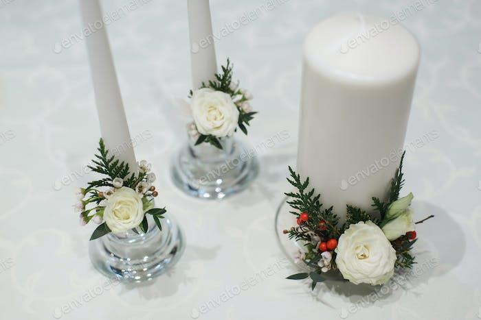 weiße dicke und dünne Kerzen für Hochzeitsdekoration