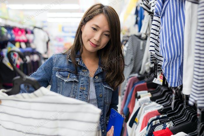 Frau kaufen Kleidung in der Boutique