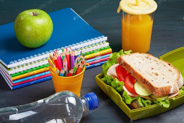 Sándwich fresco y manzana para un almuerzo saludable en la fiambrera de plástico