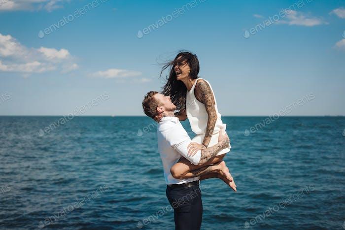 Mann und Mädchen auf dem Meer Pier