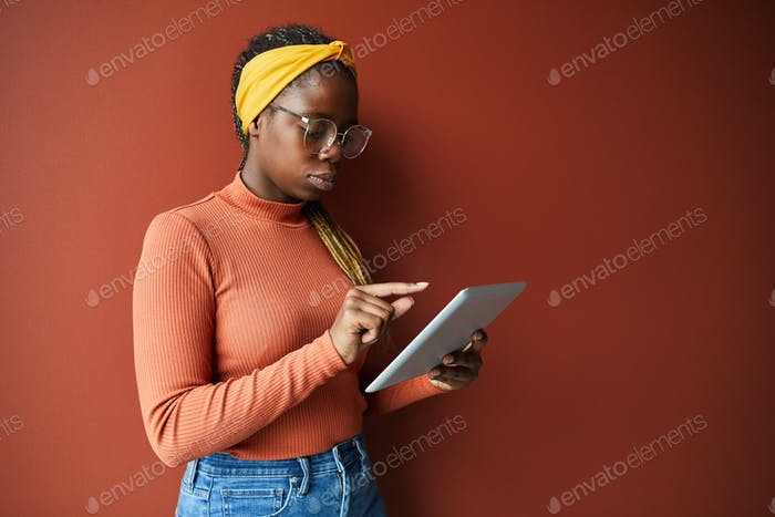 Frau mit Tablet-PC