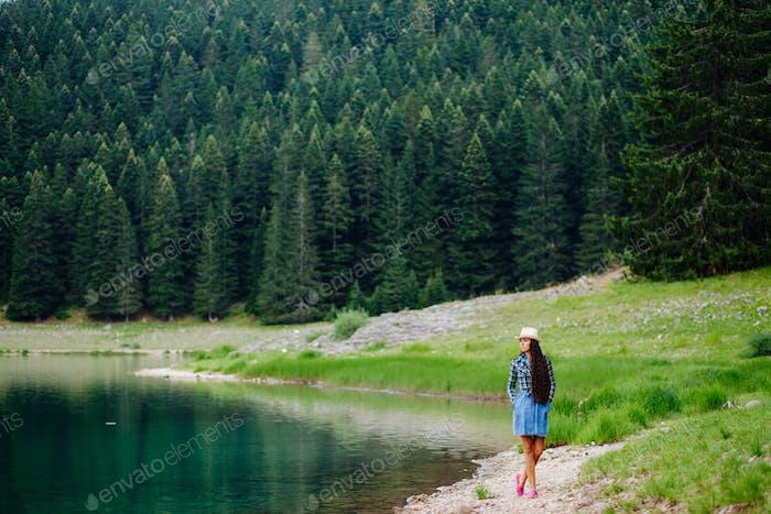 hübsche Frau entspannen in der Nähe des Sees auf dem Land im Urlaub