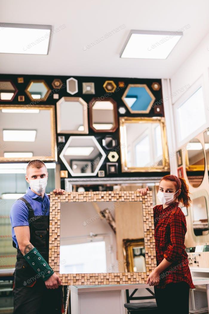 Propietarios de pequeñas empresas con máscaras faciales durante coronavirus Covid-19,