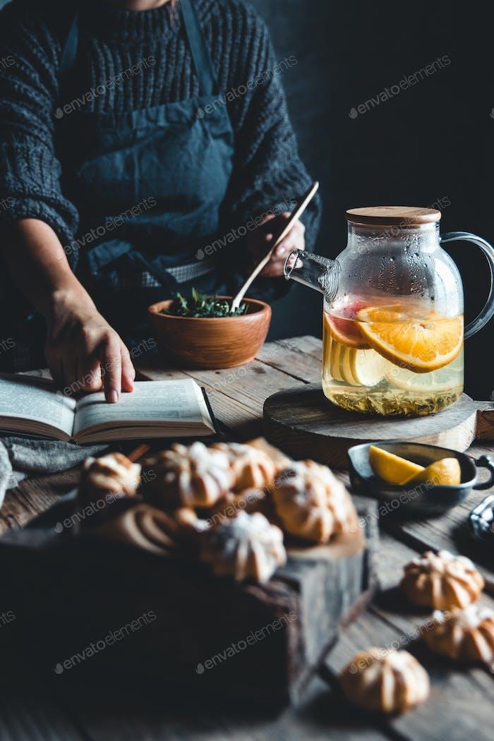 Frau kocht in einer Vintage-Küche auf Holztafel. Gesundes Getränk, Eco, vegan