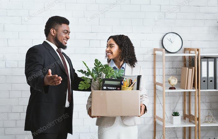 Erster Tag im Büro. Afroamerikanischer Geschäftsmann begrüßt neue weibliche Mitarbeiterin in seinem Team bei