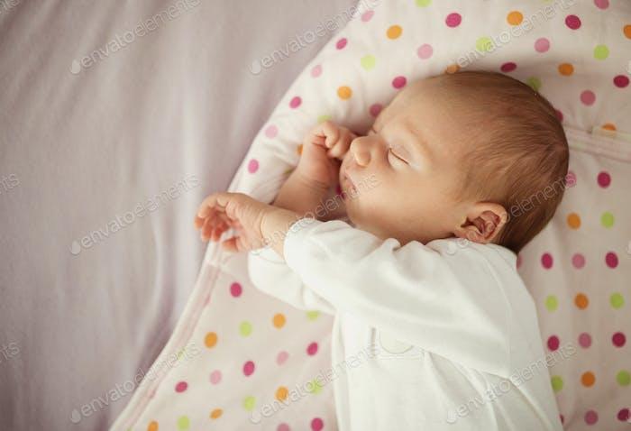 Neugeborenes Baby Mädchen schlafen