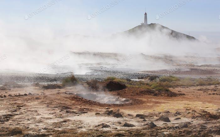 Geothermisches Gebiet in Island mit Leuchtturm.