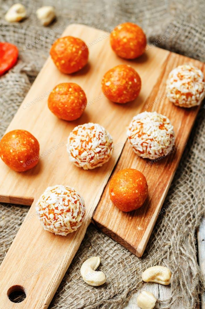 crudo vegano anacardos secos albaricoques, bolas de coco