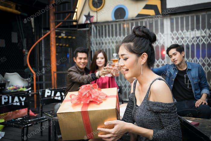 Eine Frau erhält ein Geschenk von seinem Freund.