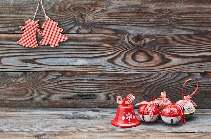 Weihnachtsdekoration hängend auf Holzhintergrund