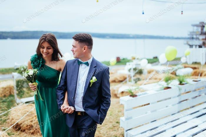 Porträt einer schönen jungen Fahrer und Brautjungfern.  Hochzeit