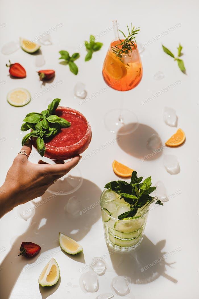 Pappellar Sommer Alkohol Cocktails und Frauen Hand über weißen Hintergrund