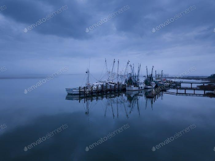 Niedrige Luftaufnahme von Garnelenbooten im Hafen in Port Royal, South Car