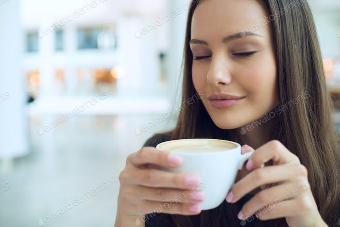 Элегантная женщина в кофе-брейке
